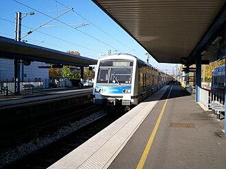 Émerainville–Pontault-Combault station - Image: Rer E Tore Emerainville
