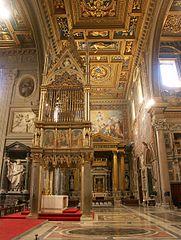 Rom, San Giovanni in Laterano, Innenansicht Querschiff.jpg
