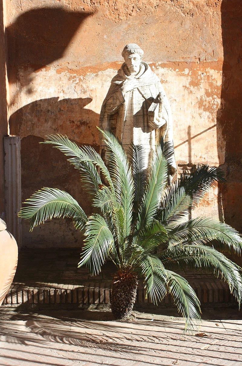 Rom, Skulptur vor der Kirche Santa Sabina.JPG