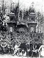 Ruski vojni ujetniki in Avstro-ogrski stražarji pred Ruska kapelico.jpg