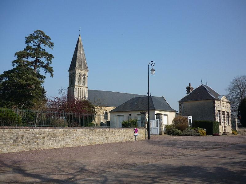 Mairie et église de Saint-Vaast-sur-Seulles (Calvados)