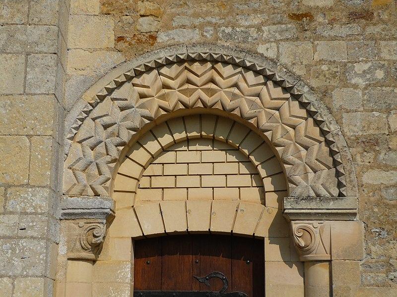 Portail méridional de l'église Saint Vaast de Saint-Vaast-sur-Seulles (Calvados)
