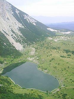 Satorsko jezero z jihu, vzadu pohori Klekovaca (1961 m).jpg