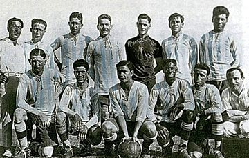 ¿Por que no hay negros en la selección argentina? 360px-Selecci%C3%B3n_Argentina_1925