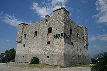 Прямоугольная крепость из камня