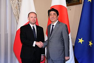 Joseph Muscat - Prime Minister Shinzō Abe and Prime Minister Joseph Muscat shaking hands in Auberge de Castille, Valletta.