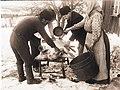 Slakt, skållning av gris. Jösse härad, Mangskog socken, Bjurbäcken, Värmland - Nordiska museet - NMA.0036234.jpg