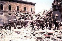 Soccorsi si avviano verso la stazione di Bologna dopo l'esplosione che ha distrutto l'edificio