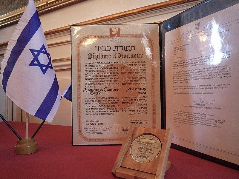Strasbourg 22 juillet 2012 Remise diplome Yad Vashem Auguste et Jeanne Bieber 01.JPG
