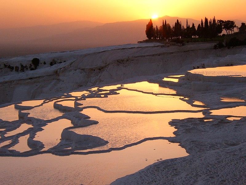 Захід сонця над терасами Памуккале. Автор — Davidetorino, ліцензії CC-BY-SA-3.0 і GFDL