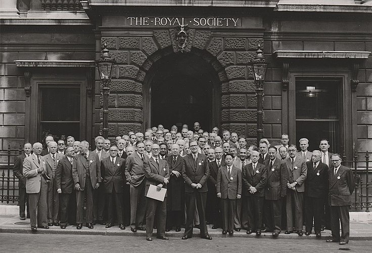 Physicists in front of the Royal Society building in London (1952). The Royal Society 1952 London no annotation.jpg