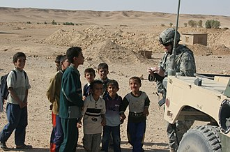 Wadi Hauran - US soldier with children near Wādī Ḩawrān