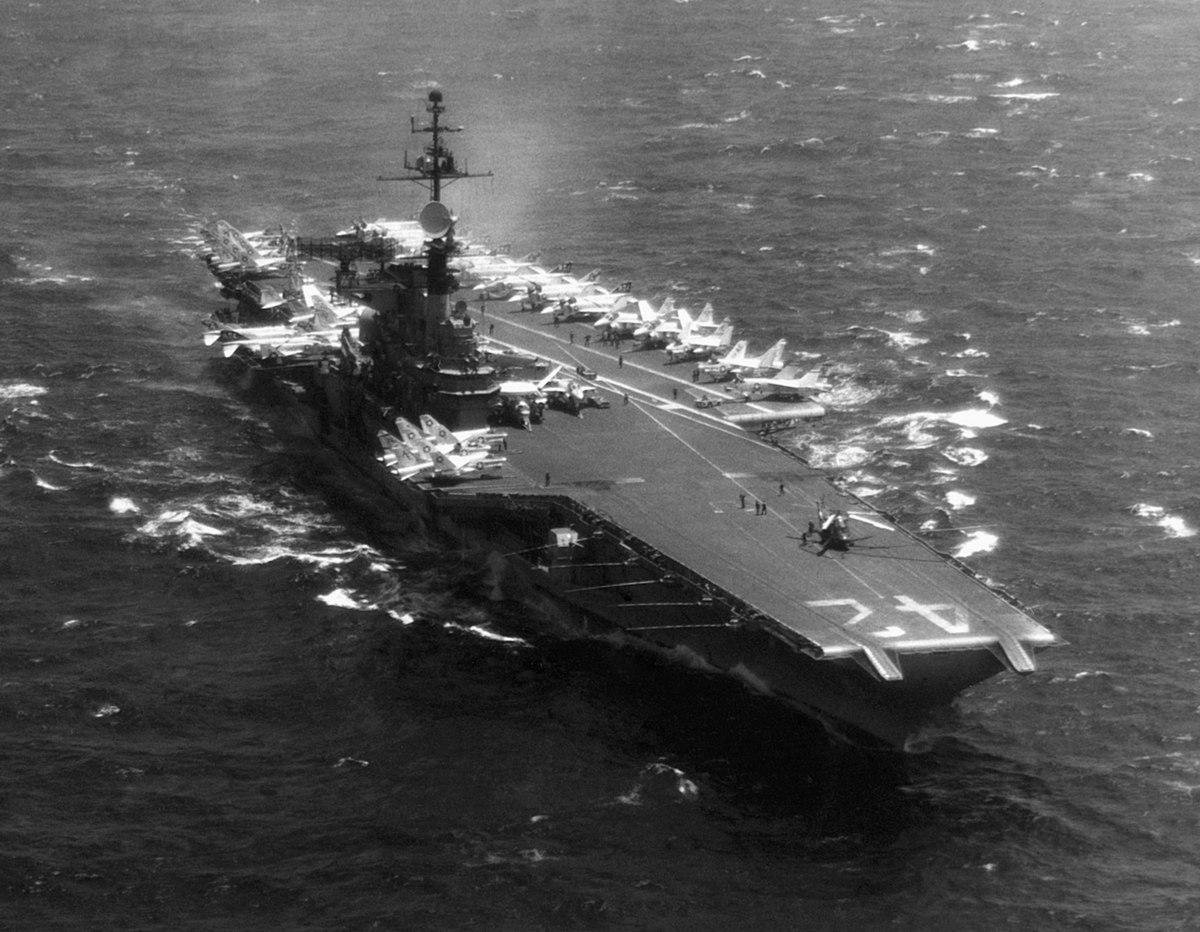 USS Franklin D. Roosevelt (CVA-42) underway in the Mediterranean Sea in 1971.jpg