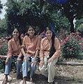 Uitstapje van jeugd uit een kibboets Drie joodse meisjes uit India, Bestanddeelnr 255-9262.jpg