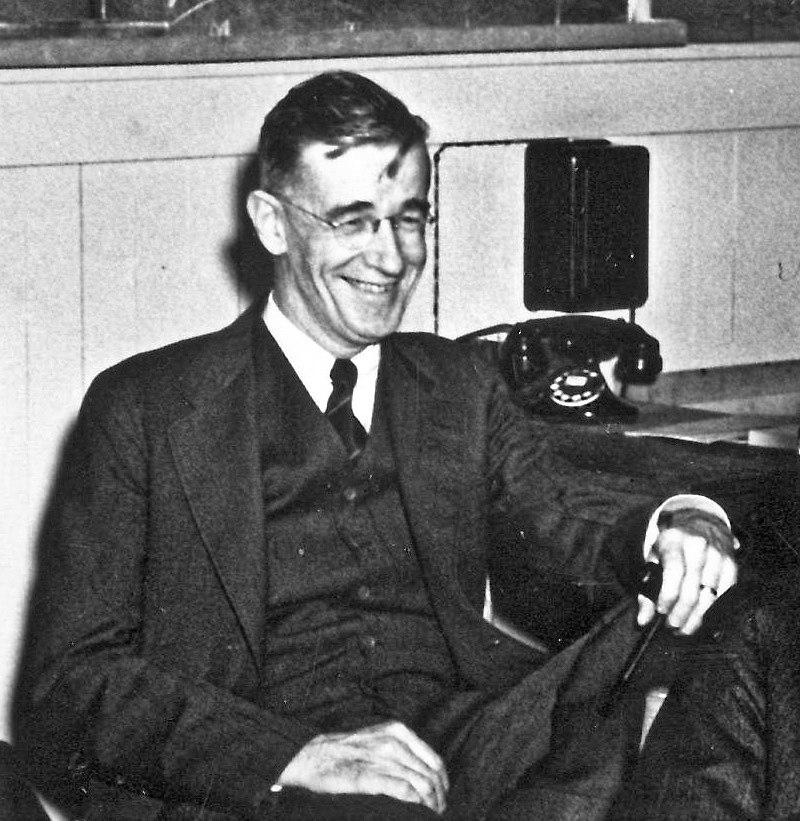 Vannevar Bush à son bureau pendant la Seconde Guerre mondiale.