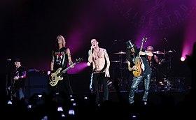 Velvet Revolver žije v Hammersmith Apollo v Londýně 5. června 2007. Zleva doprava: Dave Kushner, Duff McKagan, Scott Weiland, Slash, Matt Sorum