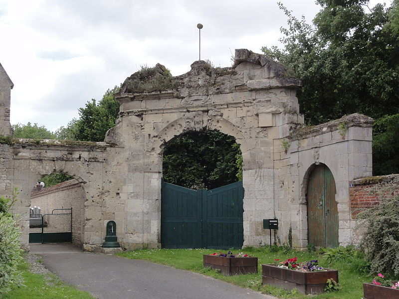 Vesles-et-Caumont (Aisne) porche fort à coté de l'église
