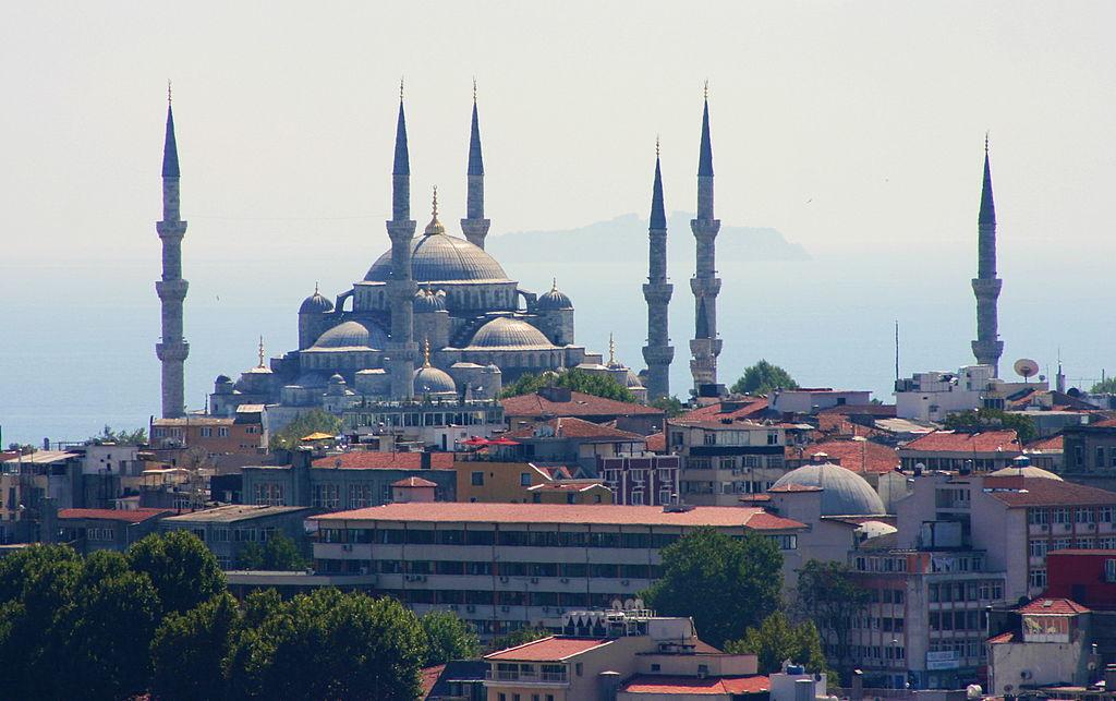 Sehenswürdigkeiten in der Türkei View of the Blue Mosque from the Galata Tower (1)-satur