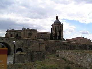 Vista de la Torre de la Catedral de Ciudad Rodrigo desde la Avda. de Yurramendi (al otro lado del valuarte), por la tarde 01.jpg