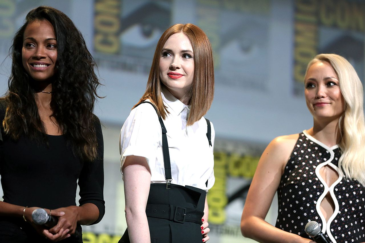 file zoe saldana karen gillan pom klementieff 28379045130 jpg wikimedia commons. Black Bedroom Furniture Sets. Home Design Ideas