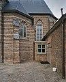 Zuidgevel, detail- tussenruimte bij het koor en de sacristie. Glasraam koor - Rosmalen - 20337140 - RCE.jpg