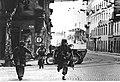 Żołnierze niemieccy na ulicy włoskiego miasta (2-2368).jpg