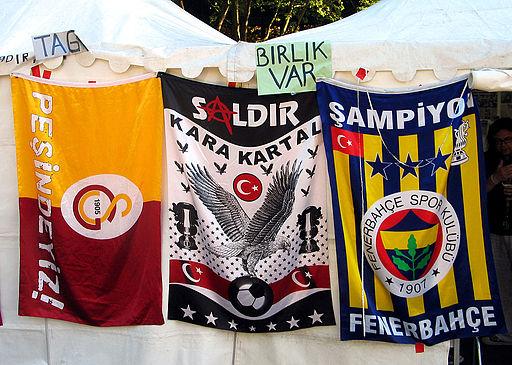 07i6f Fahnen Fußballvereine Galatasaray Istanbul, Beşiktaş JK und Fenerbahçe Spor Kulübü, Proteste in der Türkei 2013