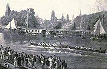 Сцена на реке, где две восьмивесельные лодки мчатся посреди реки, одна прямо напротив другой.  На каждом берегу толпы, а на дальнем берегу несколько парусных лодок и барж.  Вдали деревья и церковные шпили.