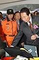 2003년 11월 8일 대한민국 총리 고건, 소방공무원 최철영.jpg