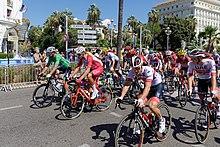 Das Hauptfeld in den Straßen von Nizza während der 2. Etappe der Tour de France am 30. August 2020