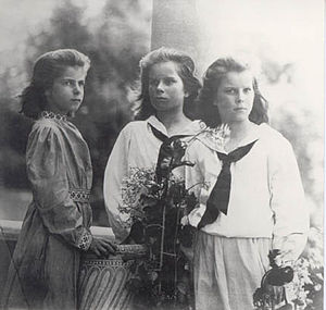 Dorothy Burlingham - (l. to r.) Dorothy Trimble Tiffany, aged seven, with her older twin sisters Julia and Louise, aged ten, in 1898.