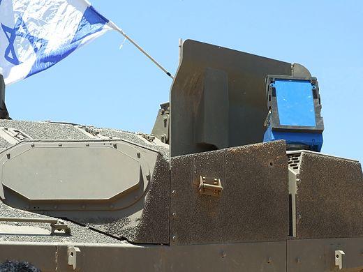 El lanzador en azul sobre un tanque Merkava Mark 4