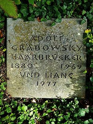 Adolf Grabowsky-Haarbrücker (1880–1969), Politikwissenschaftler, Theoretiker der Geopolitik, Lyriker, Dramatiker, Hörspielautor Übersetzer. Grab auf dem Friedhof Bromhübel in Arlesheim, Basel-Land