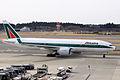 Alitalia B777-200ER(I-DISB) (4184177441).jpg