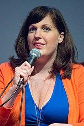 Foto de Tolman parolanta per mikrofono en 2015
