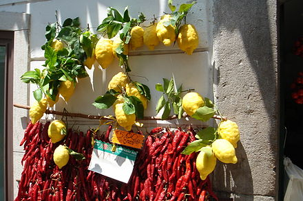 "Dried red peppers and lemons hanging from a shop in Amalfi. Amalfi - limoni e peperoncini - ""lemons and red dried pepppers"".jpg"