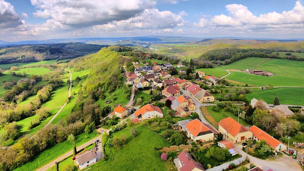 Le village d'Amondans sur son promontoire