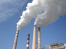 Fumi liberati da una centrale termoelettrica a carbone.