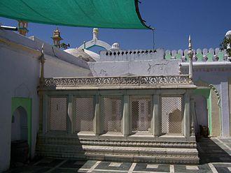 Tomb of Aurangzeb - Aurangzeb's Tomb, with marble jaali (latticed screen) around it.