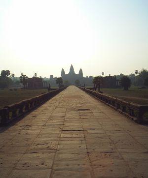 Puesta de sol en el puente de entrada a Angkor Wat