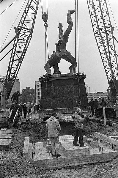 File:Beeld Verwoeste Stad van Zadkine in Rotterdam verplaats het beeld hangend bove, Bestanddeelnr 927-6845.jpg