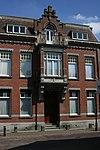 foto van Herenhuis (notarishuis), gebouwd Overgangsstijl met kenmerken van Art-Nouveau. Thans is het in gebruik als woonhuis met artsenpraktijk