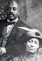 Una imagen en blanco y negro (ca. 1912) de los dos bien vestido personas en sus 20 años de edad a 30 años de edad.