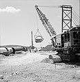 Bevloeiingsproject in de Negevwoestijn Buizen en enkele draglines bij een grepp, Bestanddeelnr 255-4766.jpg