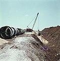 Bevloeiingsproject in de Negevwoestijn Een rijdende kraan legt buizen in een ui, Bestanddeelnr 255-9343.jpg