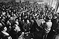 Bezetting van poort van Ford Amsterdam door werknemers uit protest tegen eventuele sluiting, personeel wordt toegelicht over de aktie, Bestanddeelnr 931-4529.jpg
