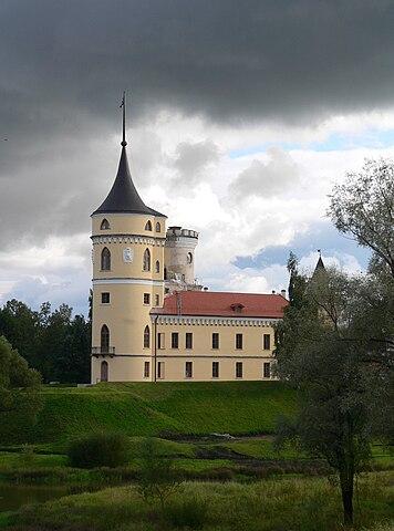 Крепость Бип на левом берегу речки Славянки— один из архитектурных капризов императора Павла