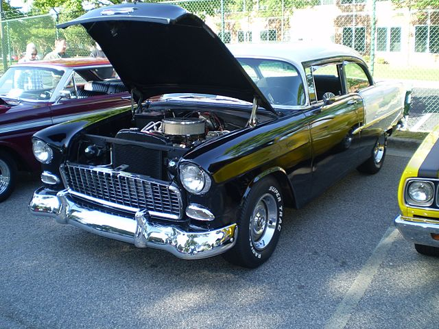https://upload.wikimedia.org/wikipedia/commons/thumb/c/c2/Black_white_1955_chevrolet_two-ten_%28observe%29.JPG/640px-Black_white_1955_chevrolet_two-ten_%28observe%29.JPG