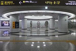 Bongeunsa Station - Image: Bongeunsa Station Sculpture 201604