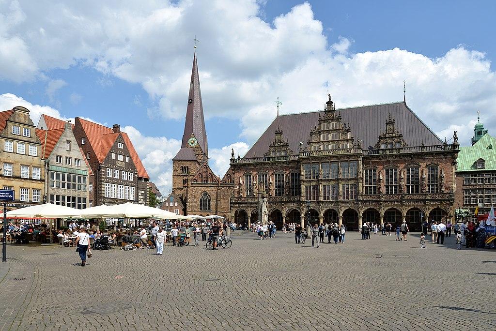 Marktplatz in Bremen mit Bremer Rathaus, Bremer Roland (UNESCO-Welterbe in Bremen) und Liebfrauenkirche.